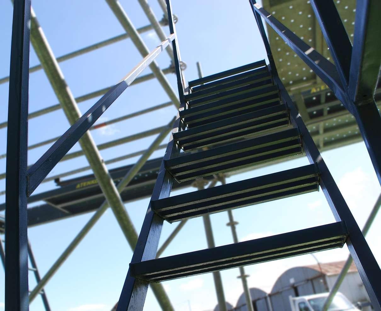 Escaleras de servicio andamio multidireccional andamios for Escaleras y andamios